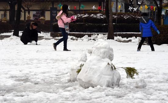 ▲ 밤새 눈이 내린 12일 용인 한국민속촌을 찾은 한 가족이 추위를 잊은 채 눈싸움을 하며 즐거운 시간을 보내고 있다.  용인=홍승남 기자 nam1432@kihoilbo.co.kr