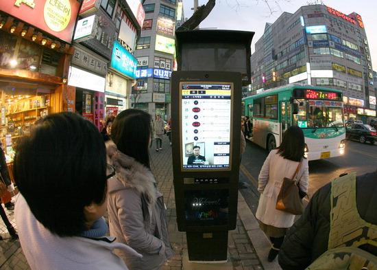 ▲ 지난해 부천시가 수출해 개통한 서산시 버스정보시스템을 이용하고 있는 시민들. <부천시 제공>