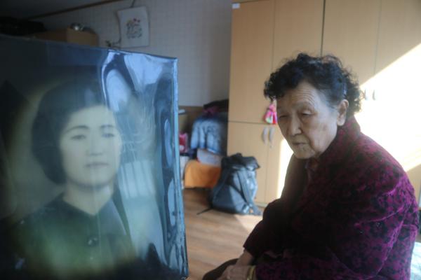▲ 지난 1942년 사할린으로 이주한 강정순(87) 할머니가 다시 한국으로 돌아오기 까지 걸린 시간은 63년, 그리운 고국으로 다시 돌아왔지만 그녀의 잃어버린 세월은 돌아오지 못했다 . 김태형 기자<br /><br />