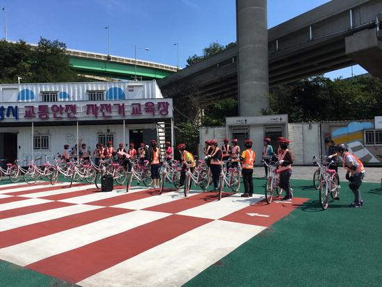 ▲ 의왕도시공사가 시민들을 대상으로 자전거 무료 교육을 실시하고 있다. <의왕도시공사 제공>