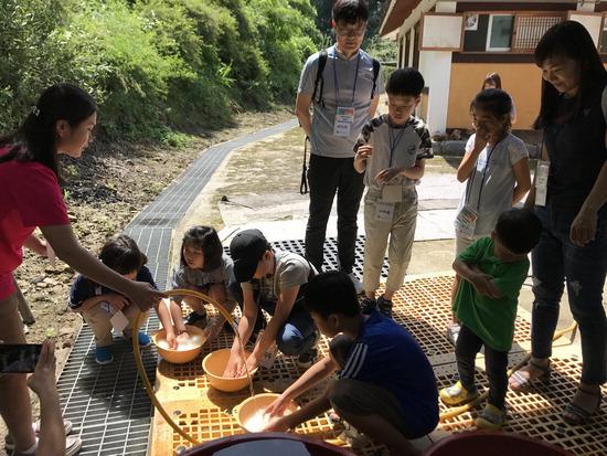 ▲ 이천시티투어가 오는 3월 본격 운행된다. 사진은 프로그램에 참여한 관광객들.  <이천시 제공>