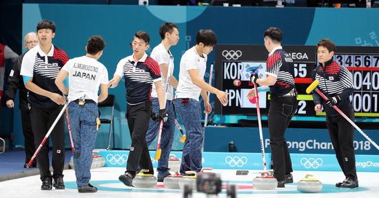 ▲ 21일 강원도 강릉 컬링센터에서 열린 평창 동계올림픽 남자컬링 예선 9차전에서 일본에 승리한 한국대표팀 선수들이 일본선수들과 인사를 나누고 있다./연합뉴스