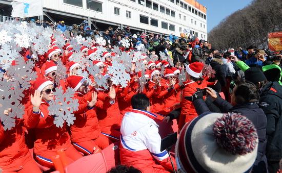 ▲ 22일 평창올림픽 알파인스키 남자 회전경기가 열린 용평 알파인 경기장에 북한 응원단이 등장,열띤 응원을 펼치자 관중들이 관심을 갖고 지켜보고 있다.