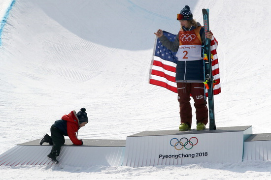 ▲ 강원도 평창 휘닉스 스노경기장에서 22일 평창 동계올림픽 프리스타일 스키 남자 하프파이프 우승자인 데이비드 와이즈(미국)의 아들이 아빠가 있는 시상대를 오르고 있다. 와이즈는 이날 결선에서 97.20점으로 금메달을 획득해 올림픽 2연패를 달성했다. 은메달은 알렉스 페레이라(미국·96.40점), 동메달은 2001년 11월생으로 만 17세가 안 된 니코 포티어스(뉴질랜드·94.80점)가 차지했다. /연합뉴스