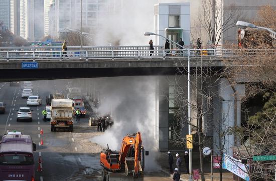 ▲ 22일 오전 성남시 서현역 인근 도로에서 지역난방공사 난방배관이 파손돼 주변 버스정류장에도 수증기가 올라오고 있다. 경찰과 소방당국은 이 사고로 인명피해는 없으나 주변 도로를 통제 중이며 유관기관과 안전조치를 실시한 후 정확한 경위를 조사할 계획이라고 밝혔다.  성남=홍승남 기자 nam1432@kihoilbo.co.kr