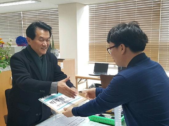 ▲ 바른미래당 박주원 안산시장 예비후보가 단원구선고관리위원회에서 후보 등록을 하고 있다.