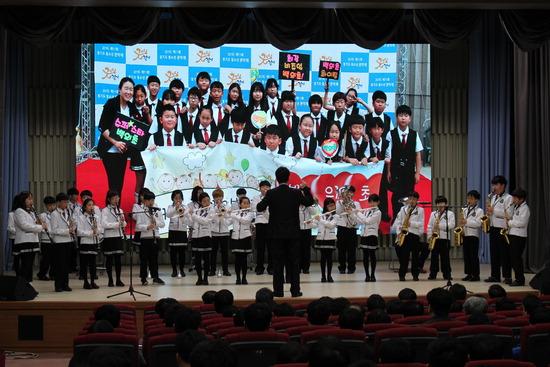 ▲ 연천군 청산면 백의초등학교 오케스트라가 지난 9일 경기도청에서 공연을 선보이고 있다. <백의초 제공>