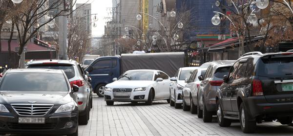 ▲ 수원시 팔달구 인계동 나혜석거리 주변 도로에 불법 주차 차량들이 줄지어 있다. 홍승남 기자 nam1432@kihoilbo.co.kr