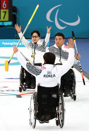 ▲ 한국 휠체어컬링 대표팀 선수들이 15일 강릉컬링센터에서 열린 평창 동계패럴림픽 예선 11차전에서 승리한 뒤 손을 들어 보이고 있다. /연합뉴스 <br /><br />