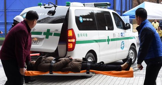 ▲ 제406차 민방위의 날 화재 대피훈련이 21일 용인시 기흥구 삼성 노블카운티에서 실시되고 있다.  용인=홍승남 기자 nam1432@kihoilbo.co.kr<br /><br />