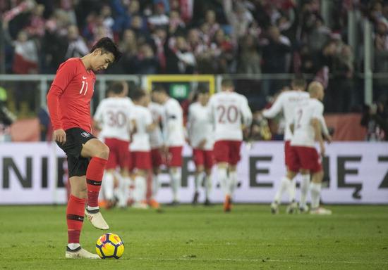 ▲ 한국 축구대표팀 손흥민이 28일(한국시간) 러시아 월드컵 독일전을 가상한 폴란드와의 평가전 전반, 두 번째 골을 허용한 뒤 아쉬워하고 있다. /연합뉴스<br /><br />