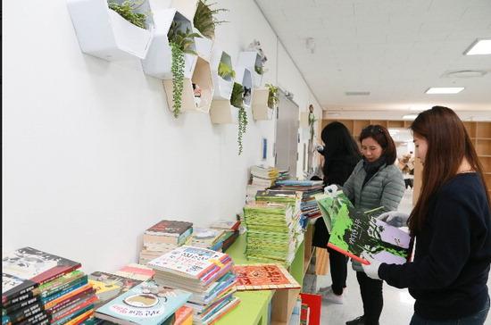 ▲ 용인국제어린이도서관에서 자원봉사자들이 책놀이터를 꾸미고 있다.  <용인시 제공>