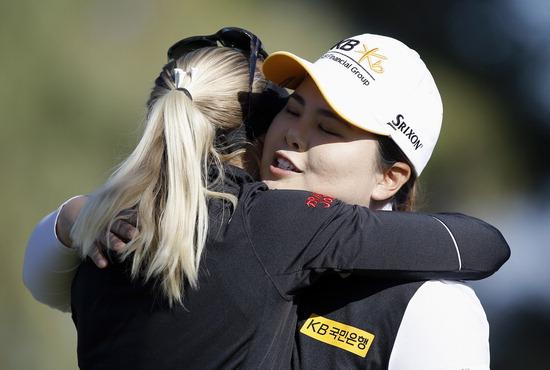 ▲ 박인비(오른쪽)가 3일(한국시간) 열린 LPGA 투어 ANA 인스퍼레이션 8차 연장 끝에 우승한 페르닐라 린드베리를 껴안으며 축하해주고 있다. /연합뉴스