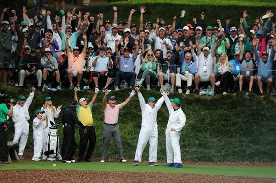 ▲ PGA 투어 마스터스 토너먼트 개막을 앞두고 열린 이벤트 대회 '파3 콘테스트'에서 잭 니클라우스(왼쪽 네 번째)가 손자 G.T.니클라우스의 생애 첫 '홀인원'에 열광하고 있다. /연합뉴스