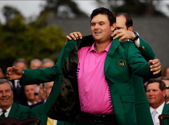 ▲ 패트릭 리드가 9일(한국시간) PGA 투어 시즌 첫 메이저 대회인 &lsquo;마스터스 토너먼트&rsquo; 우승을 차지한 뒤 작년 우승자 세르히오 가르시아의 도움을 받아 &lsquo;대회 챔피언 상징&rsquo;인 그린 재킷을 입고 있다. /연합뉴스<br /><br />