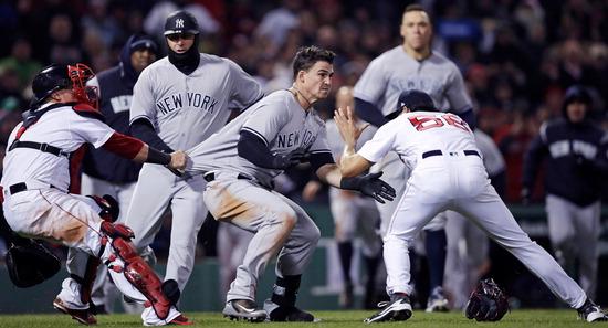 ▲ 미국 매사추세츠주 보스턴에서 12일(한국시간) 열린 메이저리그(MLB) 뉴욕 양키스와 보스턴 레드삭스의 경기 도중 타일러 오스틴(가운데&middot;양키스)이 투수 조 켈리(오른쪽&middot;보스턴)에게 돌진하자 포수 게리 산체스(왼쪽&middot;보스턴)가 막고 있다. 3회초 오스틴의 거친 2루 슬라이딩으로 벤치 클리어링이 발생한 데 이어 7회초 켈리가 고의성 짙은 투구로 오스틴의 등을 맞추자 두 번째 벤치 클리어링이 발생했다. 양키스는 난투극 끝에 10대 7 승리를 거두며 보스턴의 10연승 도전을 저지했다. /연합뉴스<br /><br />