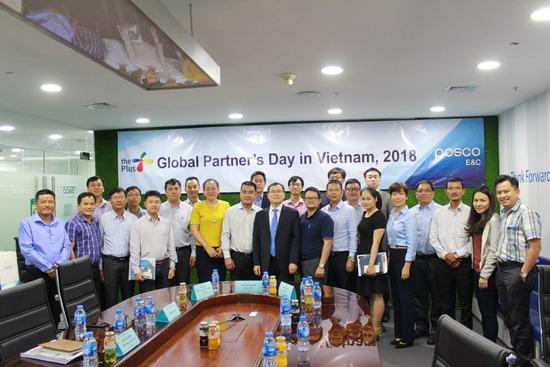 ▲ 포스코건설이 12일 베트남 현지 협력사들과 &lsquo;글로벌 파트너스 데이&rsquo;를 열어 참가한 관계자들이 포즈를 취하고 있다.  <포스코건설 제공>