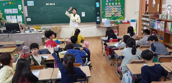 ▲ 가평군이 7월까지 건강돌봄놀이터를 열고 초등학교 1~2학년 대상으로 비만 예방 프로그램을 운영한다.  <가평군 제공>