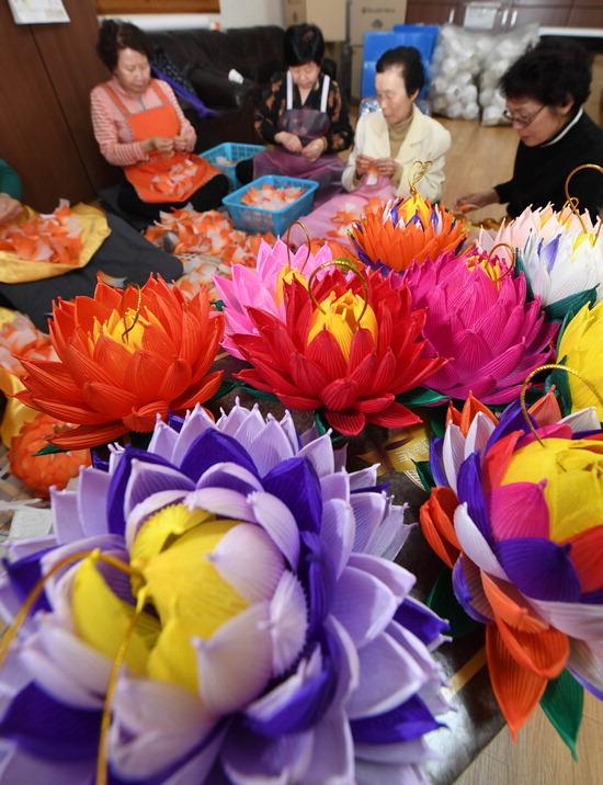 ▲ 부처님오신날을 한 달여 앞둔 19일 오후 수원시 남수동 대한불교 조계종 수원 포교당 수원사에서 불자들이 정성스럽게 연등을 만들고 있다.  홍승남 기자 nam1432@kihoilbo.co.kr