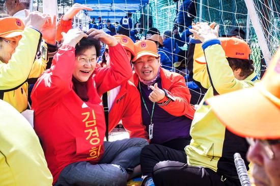 ▲ 김경희 자유한국당 예비후보가 지역 청년일자리 정책 등을 제시하며 유권자들과 만남을 갖고 있다.