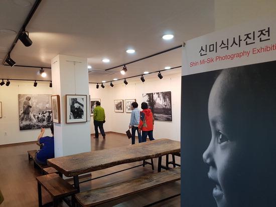 ▲ 인천 강화 도솔미술관을 찾아 '에티오피아 신미식 사진전'을 둘러보고 있는 관람객들.