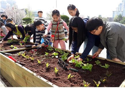 ▲ 의왕시는 11월까지 아이들 건강한 식습관 위한 &lsquo;스쿨팜 도시농부체험&rsquo; 운영한다. <의왕시 제공>