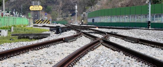 ▲ 남북 정상회담을 이틀 앞둔 25일 남북 접경지역인 연천 신탄리역에 '철마는 달리고 싶다'는 팻말이 세워져 있다. 철도 중단점인 백마고지역을 오가는 평화열차 DMZ 트레인은 꿈을 안고 접경지역을 달린다. 지난 65년간 접경지역 인근 주민들은 항상 전쟁에 대한 불안에 떨어야만 했지만, 11년 만에 열리는 남북 정상회담에서 종전·평화 협정으로 남북 관계 개선, 더 나아가 통일을 소망해 본다.  연천=홍승남 기자 nam1432@kihoilbo.co.kr