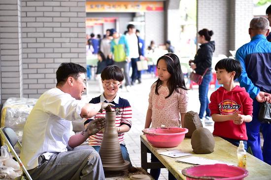 ▲ 여주도자기축제가 5일부터 18일간 열린다. 지난해 행사에서 물레 체험을 즐기고 있는 어린이들. <여주시 제공>