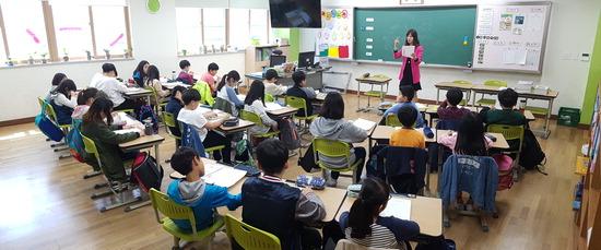 ▲ 하남 윤슬초등학교가 &lsquo;찾아가는 동시&rsquo; 프로그램을 마련, 5학년 학샐들이 수업을 듣고 있다. <하남 윤슬초등학교 제공>
