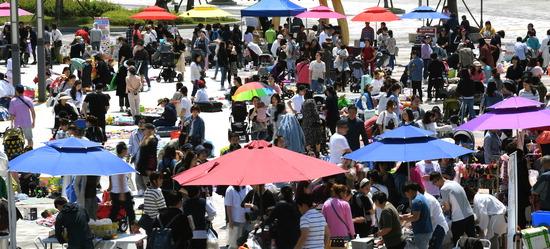 ▲ 9일 인천시 계양구 계양체육관 앞 광장에서 육아용품 벼룩시장이 열려 시민들이 북적이고 있다. 이진우 기자 ljw@kihoilbo.co.kr