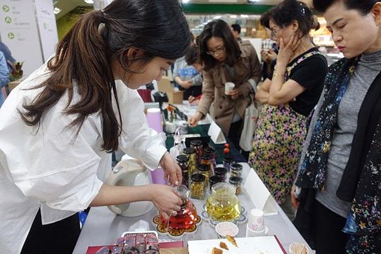 ▲ 과천지역 전통시장 새서울프라자에서 18일 청년상인 운영 점포 8곳이 오픈한다. <과천시 제공>