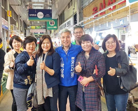 ▲ 곽상욱 더불어민주당 오산시장 후보가 오색시장에서 선거운동을 벌이고 있다.
