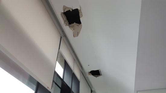 ▲ 수원시 영통구 소재 매여울도서관 3층 천장에 빗물이 새어 보수공사를 벌이면서 생긴 구멍이 흉하게 노출돼 있다.  박종대 기자 pjd@kihoilbo.co.kr<br /><br />