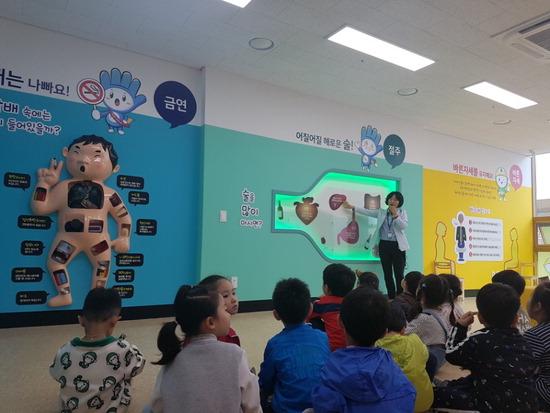 ▲ 냠양주시가 21일 문을 연 다산건강생활지원센터에서 마련한 체험프로그램에 참가한 아동들.<남양주시 제공>