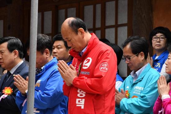 ▲ 자유 한국당 박형덕 동두천시장 후보가 부처님오신날 자재암 봉축법요식 참석해 시민들과 소통하고 있다.