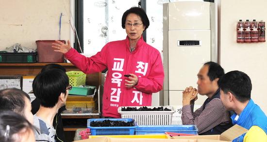 ▲ 최순자 후보가 혜광학교를 찾아 구성원들을 격려하고 있다.