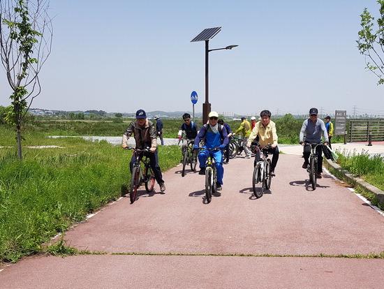 ▲ 평택시 간부공무원들이 &lsquo;정책 발굴을 위한 평택호수계 자전거투어&rsquo;에 참가해 자전거를 타고 있다.  <평택시 제공>
