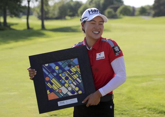 ▲ 호주교포 이민지가 28일(한국시간) 미국여자프로골프(LPGA) 투어 볼빅 챔피언십에서 우승한 뒤 트로피를 들고 환하게 웃고 있다. /연합뉴스<br /><br />
