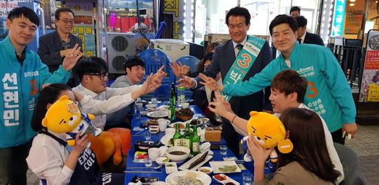 ▲ 바른미래당 박주원 안산시장 후보가 중앙동 일대 등을 돌며 유권자들과 교감을 나누고 있다.