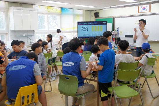 ▲ 연천 노곡초등학교 학생들이 삼성IT 임직원들과 사물인터넷을 이용한 스마트 화분을 만들고 있다. <연천 노곡초등학교 제공>