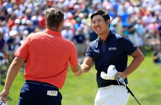 ▲ LPGA 연장전에서 퍼트한 공이 홀을 벗어나자 아쉬워한 김효주(왼쪽), PGA 연장 끝에 패배한 뒤 우승자(디섐보)를 축하해준 안병훈 모두 경기가 끝난 뒤