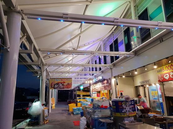 ▲ 성남시는 모란가축시장에 비&middot;햇볕 등을 막아주고 옥외영업을 할 수 있도록 도와주는 비가림 시설을 설치했다.  <성남시 제공>