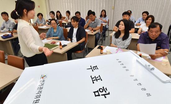 ▲ 4일 인천시 중구선거관리위원회에서 선거사무원들이 사전투표 업무에 대한 교육을 받고 있다.  이진우 기자 ljw@kihoilbo.co.kr