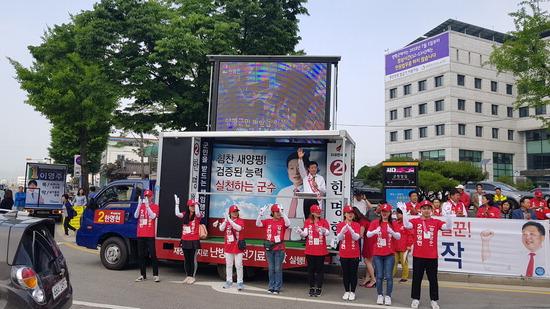 ▲ 자유한국당 한명현 양평군수 후보가 거리유세를 하고 있다.