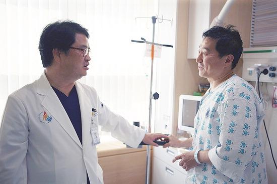 ▲ 인하대병원에서 치료를 마친 김호진 인천소방본부 조정관.  <인하대병원 제공>
