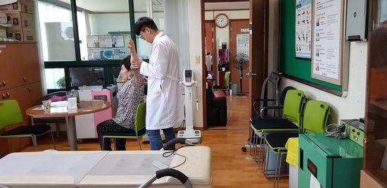 ▲ 여주보건소가 &lsquo;찾아가는 순회진료&rsquo; 실시, 송촌보건진료소를 찾은 한의과 공중보건의사들이 지역 주민을 진료하고 있다. <여주보건소 제공>