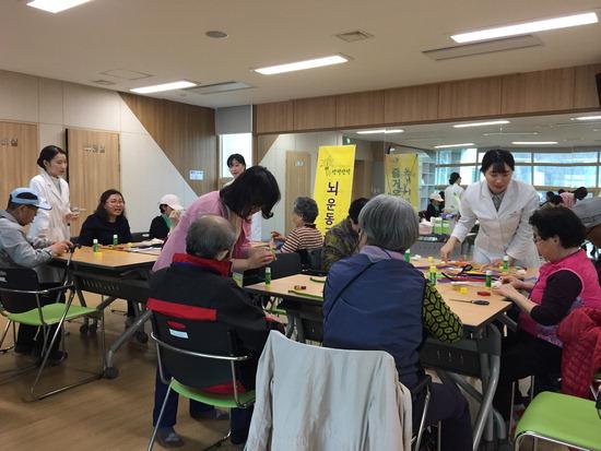 ▲ 의왕시보건소가 &lsquo;인지재활교실&rsquo;을 마련, 지역 내 경증 치매 노인들이 참여하고 있다. <의왕시 보건소 제공>