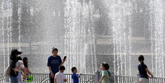 ▲ 지속된 6일 인천시 남동구 간석동 중앙공원 분수대 앞에서 어린이들이 시원하게 솟아오르는 물줄기를 보며 더위를 식히고 있다.  이진우 기자 ljw@kihoilbo.co.kr