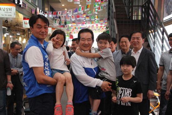 ▲ 정세균 전 국회의장이 6일 더불어민주당 김상호 하남시장 후보 지원유세에서 지지를 호소 하고 있다.