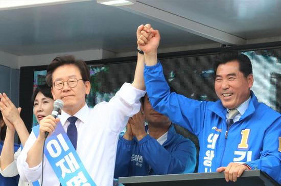▲ 김상돈 의왕시장 후보가 이재명 도지사 후보와 '정책협력'협약 체결을 하고 합동유세에 함께 하고 있다.